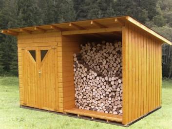 Gerätehaus mit Brennholzlege